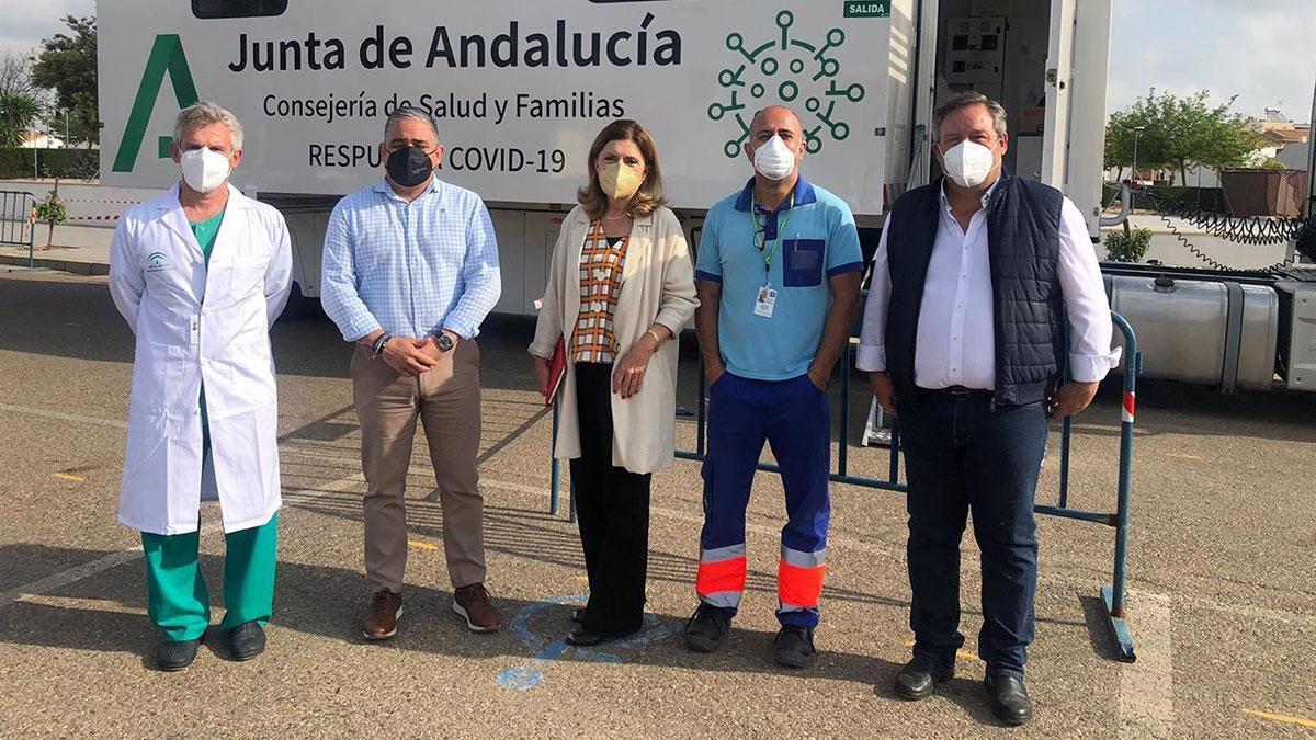 Botella (centro), ante la Unidad Móvil de la Consejería de Salud y Familias donde se realizan las pruebas del Covid-19.