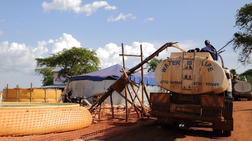 Una planta de tratamiento de agua de MSF en el asentamiento de refugiados Palorinya, en el norte de Uganda. MSF está tratando el agua del río Nilo y provee agua limpia alrededor de 1,5 a 2 millones de litros por día. Debido a la falta de camiones de agua, así como el deterioro de las carreteras después de las fuertes lluvias, la distribución de agua a la comunidad de refugiados es un gran desafío. Fotografía:  Atsushi Shibuya/MSF