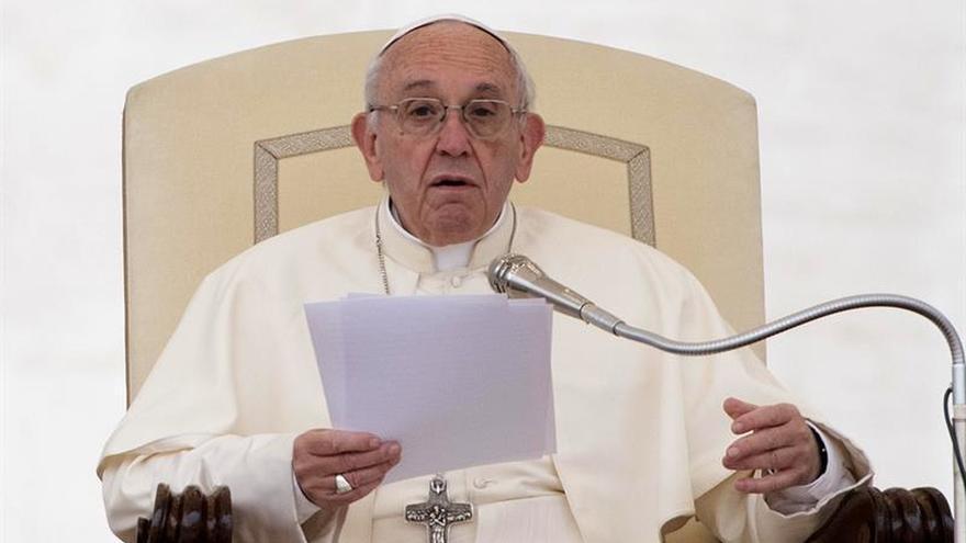 """El papa pide """"civilizar el mercado"""" para que esté al servicio del hombre"""