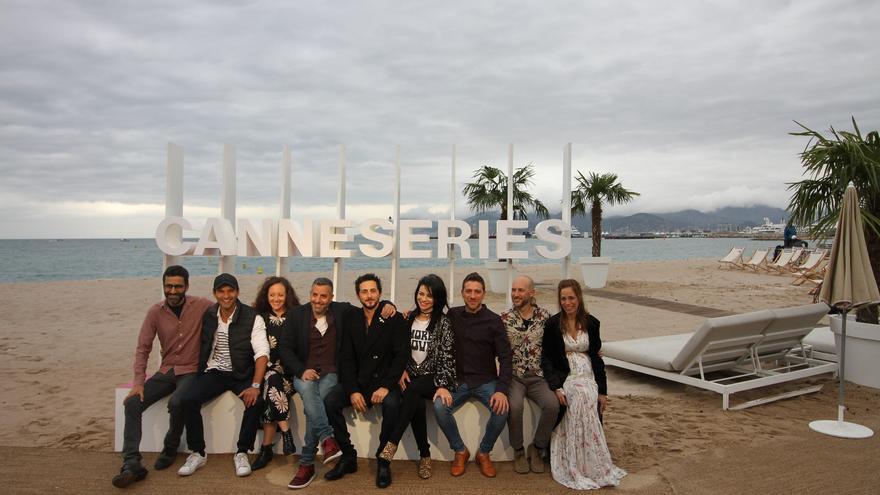 El equipo de la serie 'When heroes fly', en el photocall diurno de Canneseries