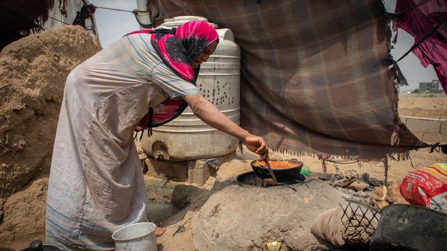Imagen de una mujer cocinando en Yemen.