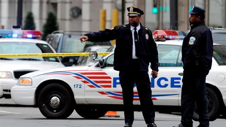 Un policía muerto y otro herido en un tiroteo cerca de un campus en EE.UU.