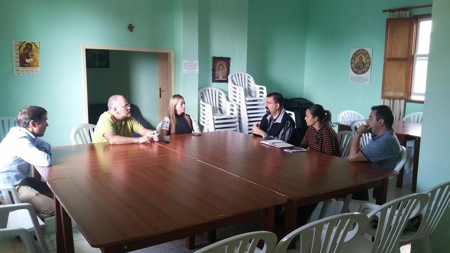 Reunión mantenida por el candidato al Senado del PP (izquierda) y los portavoces del grupo Popular en el Cabildo, con representantes de Cáritas de la Isla.