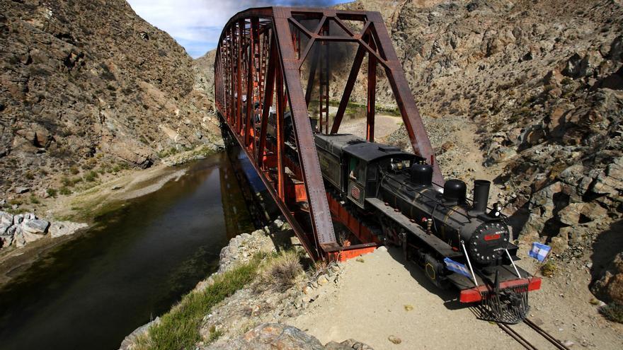 La Trochita atravesando el puente del Río Chico, en La Patagonia argentina. Juan Macri (CC)