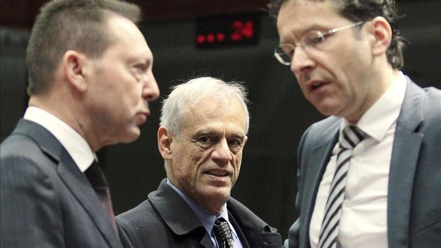 El ministro chipriota de Finanzas, Michael Sarris, charla con el ministro griego y el presidente del Eurogrupo