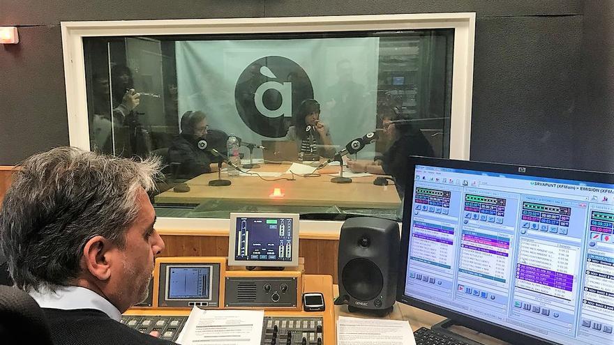Un momento de la emisión del primer programa de À Punt Ràdio