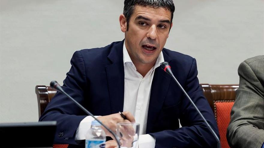 El consejero de Agricultura, Ganadería, Pesca y Aguas del Gobierno de Canarias, Narvay Quintero, en comisión parlamentaria. EFE/ Ramón de la Rocha