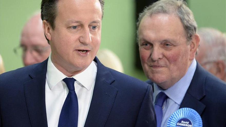 Los conservadores aventajan a los laboristas con una mayoría escrutada