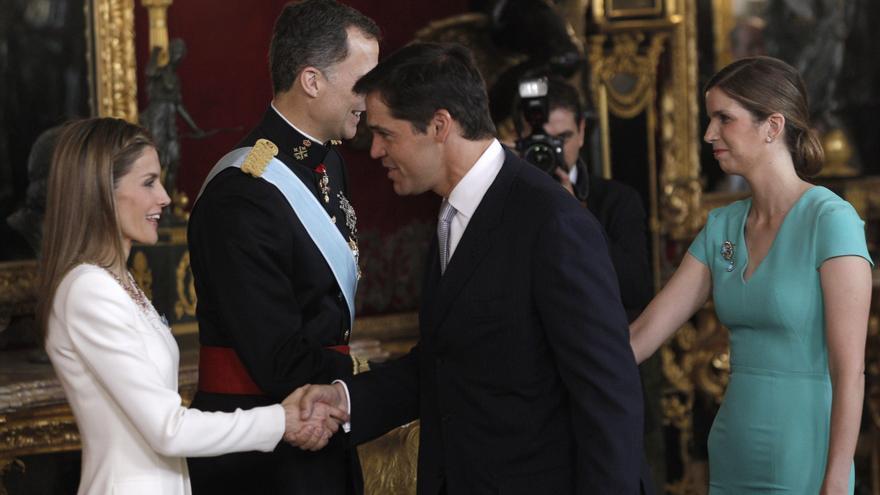 Luis Alfonso de Borbón y su esposa, María Margarita Vargas, saluda a los reyes en la proclamación de Felipe VI, en junio de 2014. EFE