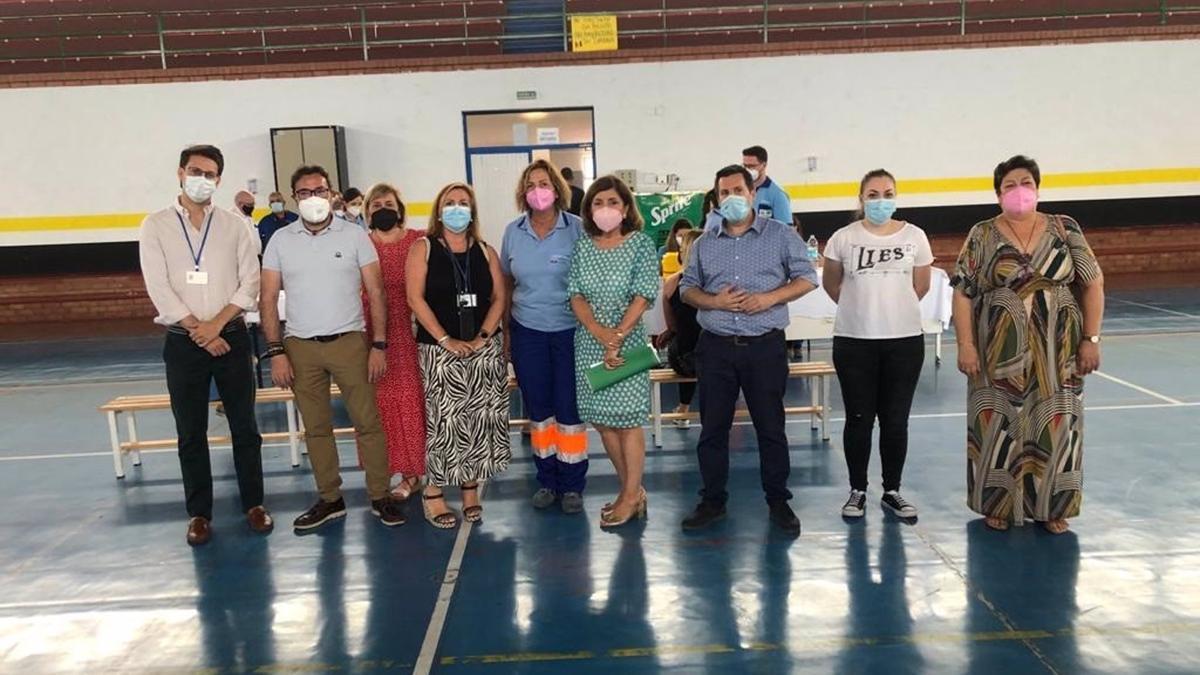 La delegada de Salud y Familia, María Jesús Botella (cuarta por la dcha.), visita el dispositivo de vacunación de Peñarroya-Pueblonuevo.