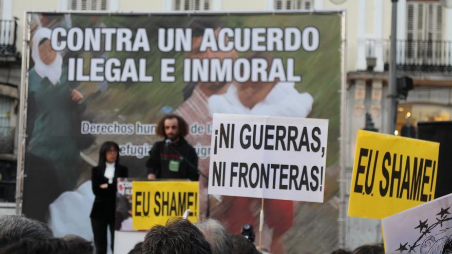Un refugiados palestino pide la acogida de demandantes de asilo por la UE en la concentración celebrada en Madrid este 16 de marzo de 2016. | Laura Olías.