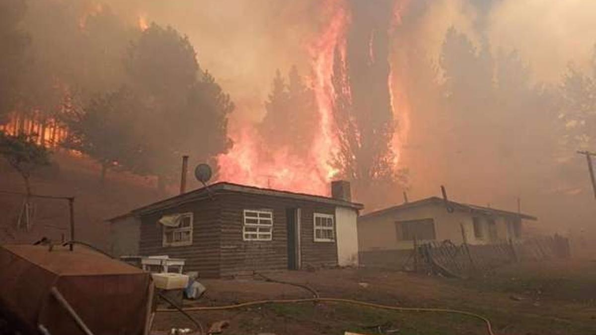 El fuego muy cerca de las casas en El Hoyo