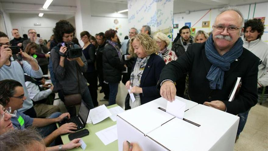 Carod-Rovira vota en Tarragona con el libro en el que pronosticó la consulta