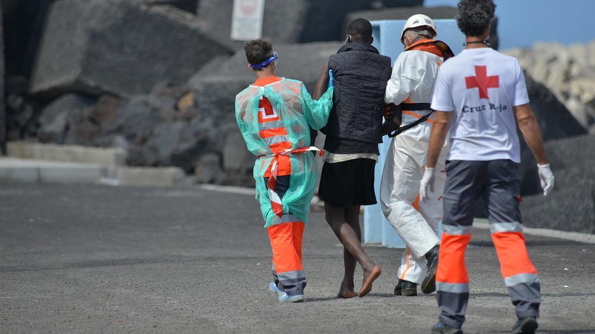 Una de las personas auxiliadas por Cruz Roja después de alcanzar la costa de El Hierro por sus propios medios