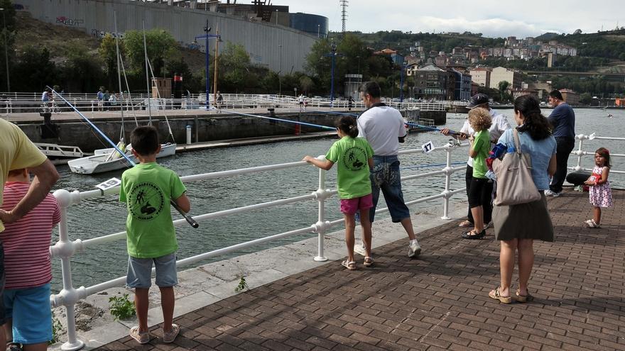 La escuela de pesca 'Gran Ría de Bilbao' regresa este domingo al muelle de Ripa