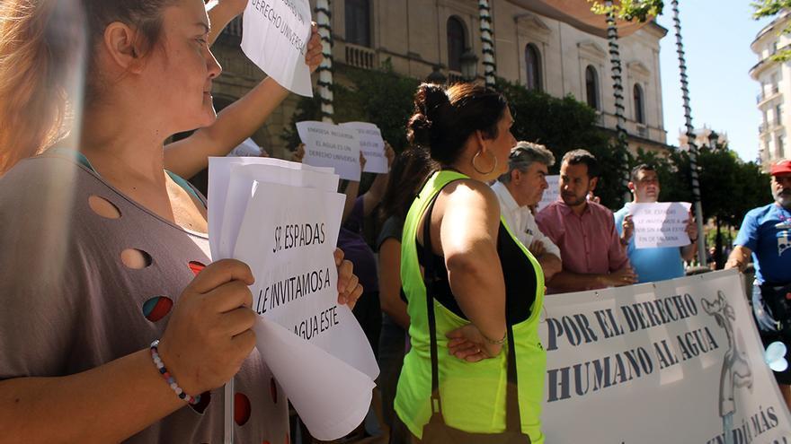 Acción frente al Ayuntamiento de Sevilla para pedir el cumplimiento del derecho al agua. / JUAN MIGUEL BAQUERO