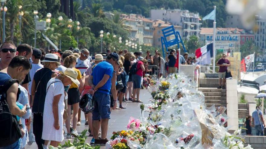 Hollande reúne a los responsables de seguridad y defensa por el atentado de Niza