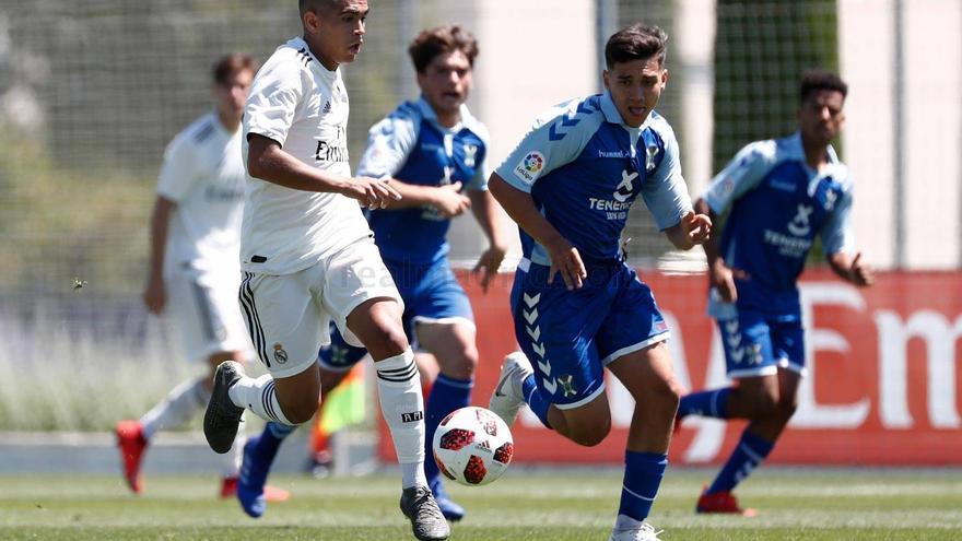 Los jugadores blanquiazules pelean por un balón en tierras madrileñas