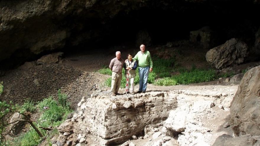 Antonio Tejera, Nona Perera y Jorge Pais en la Cueva de Belmaco (Villa de Mazo).