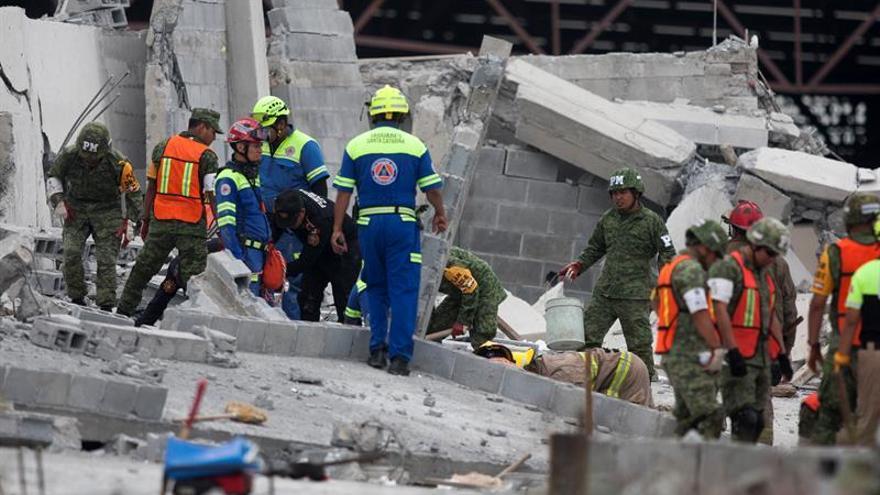 Cinco muertos y 8 desaparecidos en derrumbe de construcción en México