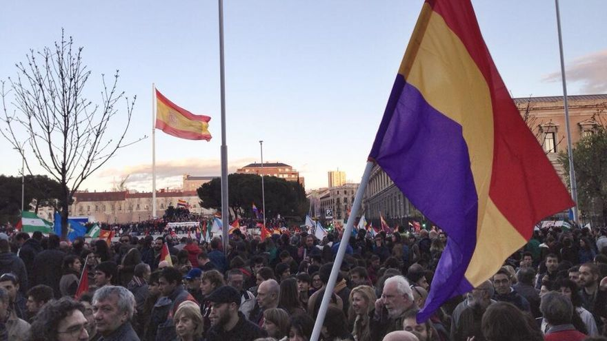 La protesta de las Marchas de la Dignidad, en Colón, con la bandera de la plaza al fondo. / Juan Luis Sánchez