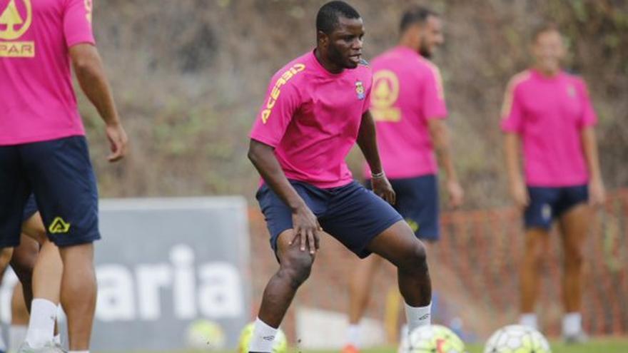 El jugador de la UD Las Palmas, Wakaso, durante un entrenamiento en Barranco Seco. (Twitter oficial UD Las Palmas).
