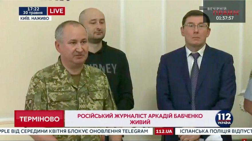 Arkady Babchenko, en el centro y vestido de negro, en la rueda de prensa en la que comunicó que no estaba muerto.