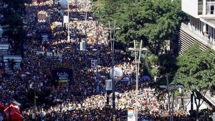 Miles de personas participan en la 23ª edición del Desfile del Orgullo LGTBI el domingo, en la Avenida Paulista de São Paulo, Brasil.