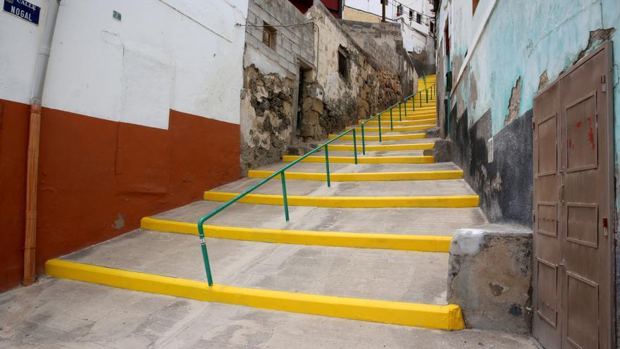 Escaleras en la calle Nogal pintadas de amarillo