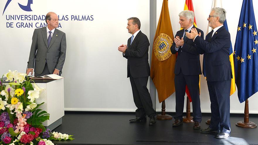 Ángel Tristán Pimienta recibe los aplausos del presidente Paulino Rivero, José Miguel Pérez y José Regidor.