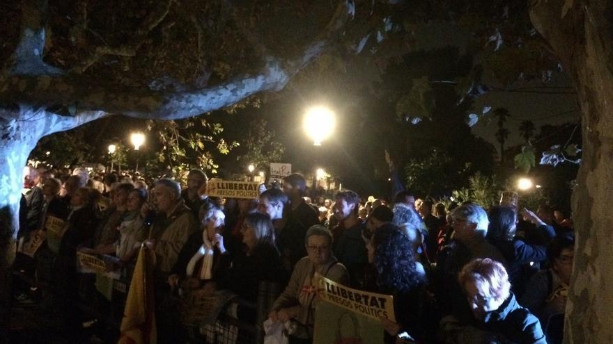 Miles de personas se manifiestan ante el Parlament contra el encarcelamiento de los exmiembros del Govern