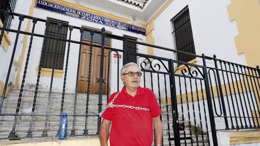 Un militante del PSOE se encadena en Mérida por la crisis en su partido.