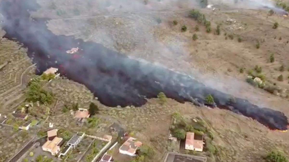 Colada de lava deslizándose hacia el mar en La Palma