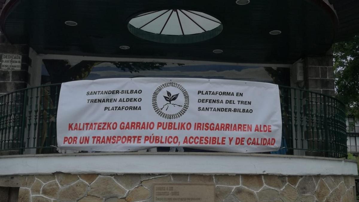 Pancarta de la plataforma en Defensa del Tren Santander-Bilbao en Carranza. Archivo.