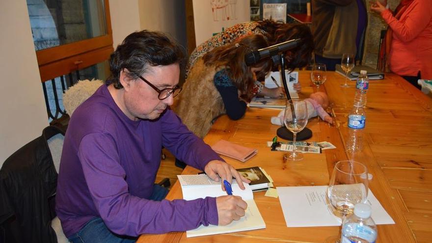 Maxi de la Peña, autor del poemario 'Sobre los márgenes', firmando libros.