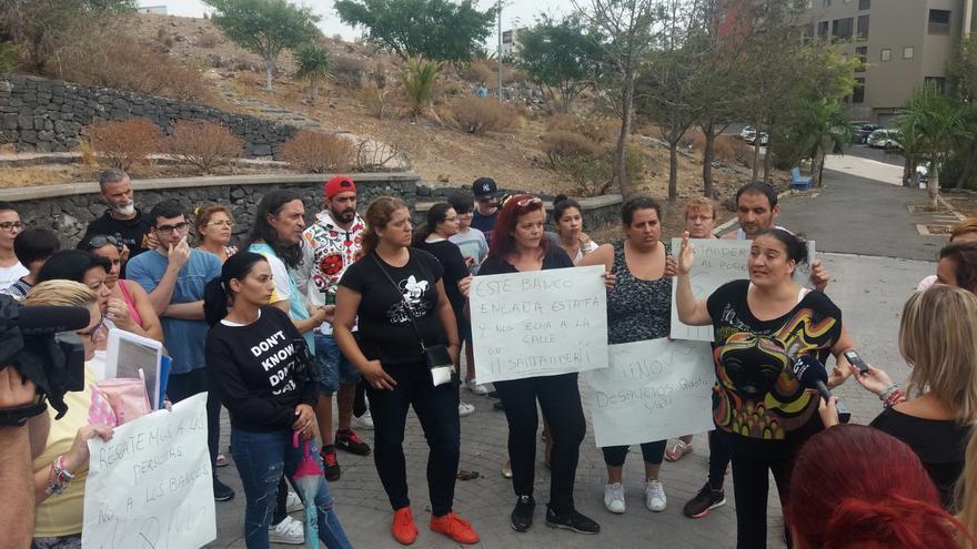 Protesta de parte de las familias afectadas por los desahucios en el barrio de Añaza