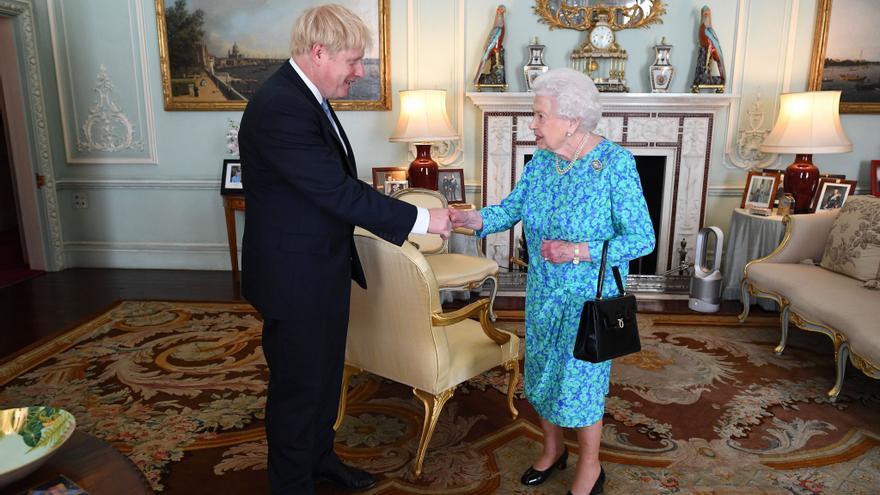 Imagen de Boris Johnson durante la audiencia con la reina Isabel II difundida por la Casa Real británica.