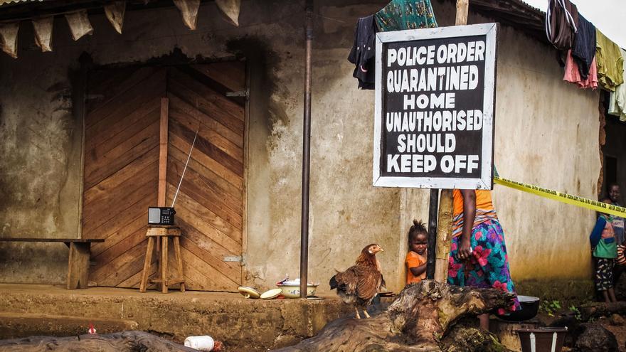 Cartel de una casa en cuarentena para combatir la propagación del virus del Ébola en Port Loko, Sierra Leona, octubre de 2014 (AP Photo / Michael Duff, File)