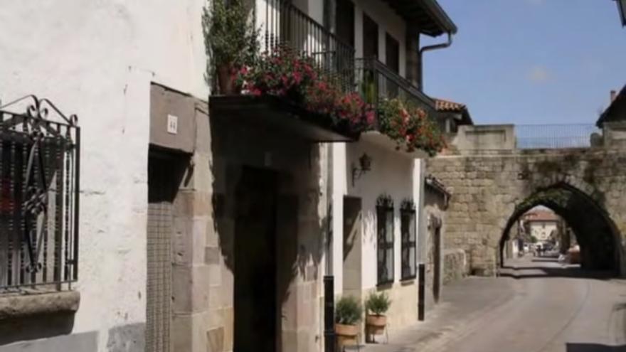 Una de las calles de la localidad de Cartes.