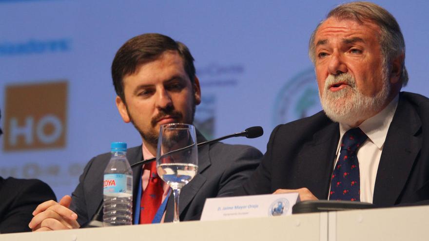 Ignacio Arsuaga y Jaime Mayor Oreja en la ceremonia de apertura del Congreso Mundial de las Familias celebrado en Madrid en 2012 (fuente: Flickr de HazteOír).