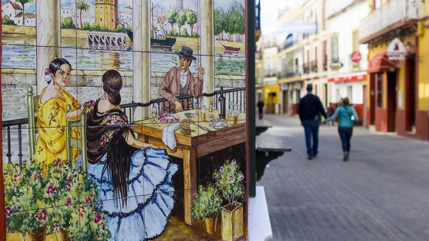 Azulejos en una calle del barrio de Triana. Viajar Ahora