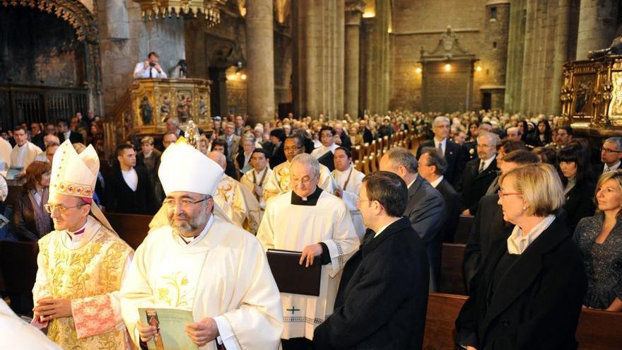 Julián Ruiz Martorell, primero por la izquierda, en 2011 en su toma de posesión como obispo de las Diocesis de Huesca y Jaca