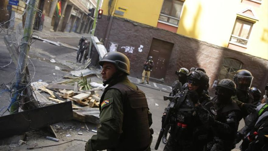Manifestantes se enfrentan a la policía boliviana durante una protesta contra el Gobierno provisional del país este viernes, en el centro de La Paz (Bolivia).