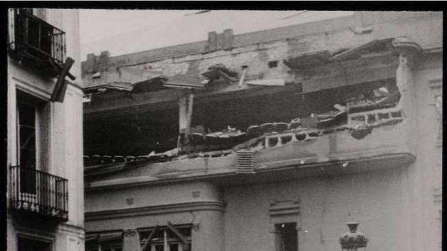 Los bomberos recogen el mangaje después de haber sofocado un incendio en el cine del Palacio de la Ópera, que había sido atacado.