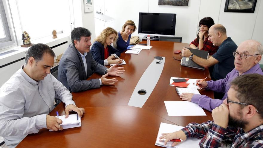 """Mañanes aborda con sindicatos la """"insoportable"""" tasa de interinos y se muestra """"abierto"""" a mejorar calendario escolar"""