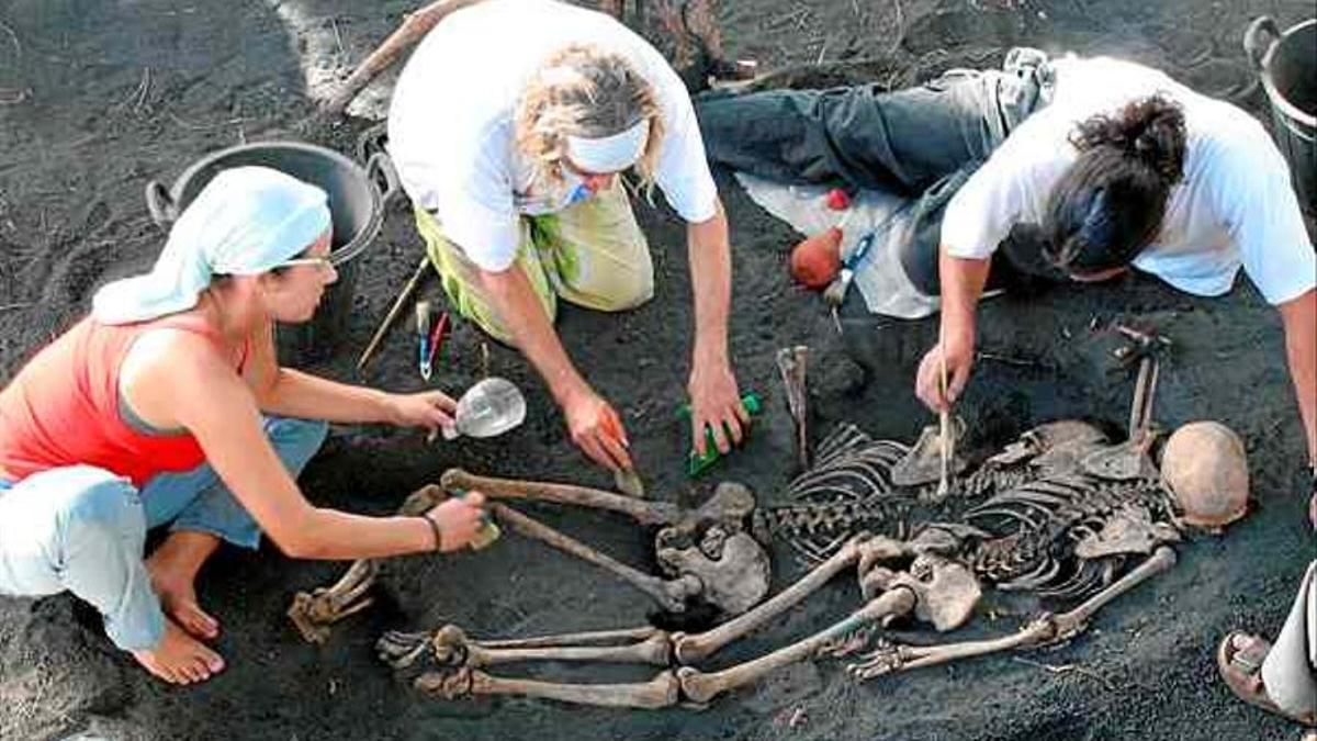 Imagen de archivo de una de las excavaciones en la fosa del Lomo de la Faya (Fuencaliente) con represaliados y ejecutados durante la guerra civil. Foto: PEPI ORTEGA