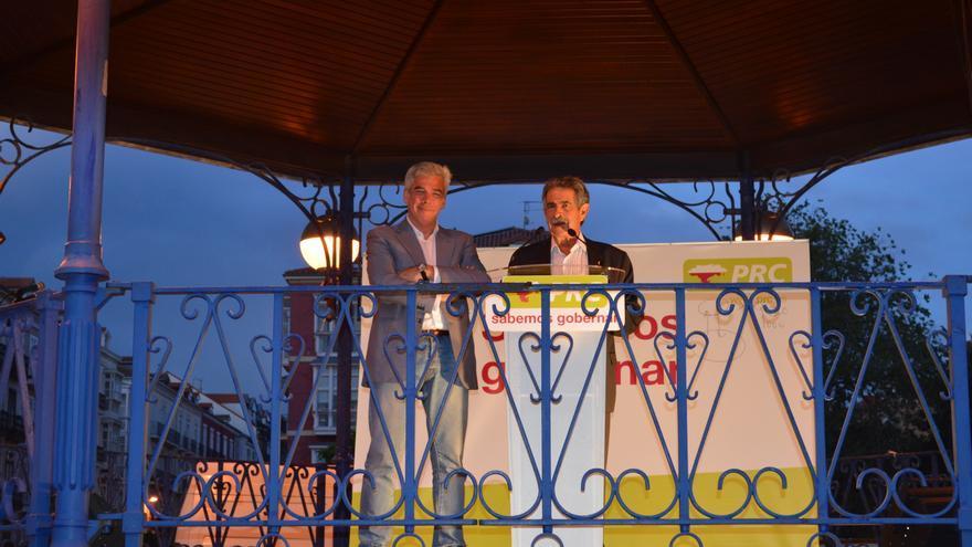 Miguel Ángel Revilla y José María Fuentes Pila durante el mitin del PRC en la Plaza de Pombo.