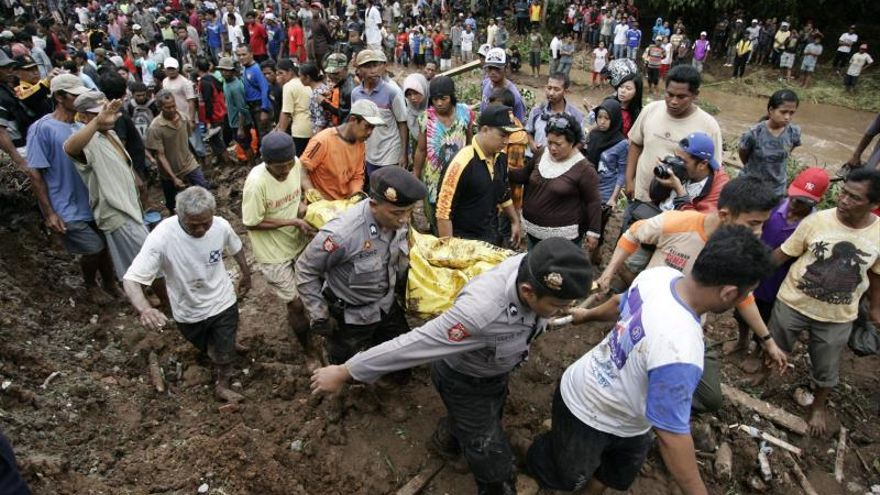Cinco muertos y 14 desaparecidos por un alud en la isla indonesia de Java