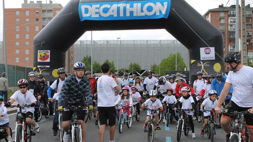 """Un total de 755 personas participan en """"la fiesta de la bicicleta"""" DecaBike Barakaldo, un centenar más que en 2012"""