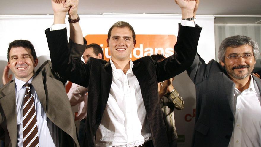 Albert Rivera, festeja, junto al entonces secretario general de Ciutadans, Antonio Robles (d), y José Domingo, los tres primeros escaños del partido en el Parlament en las elecciones de noviembre de 2006